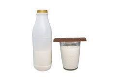 Leche y chocolate en el fondo blanco 001 Imagen de archivo