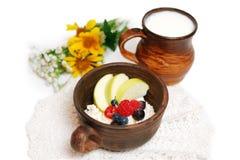 Leche y cuajada con las frutas del verano en cuencos de cerámica marrones fotos de archivo libres de regalías