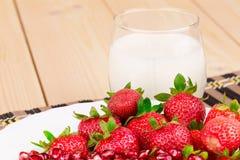 Leche y fresa frescas Imagen de archivo