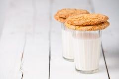 Leche y galletas Foto de archivo