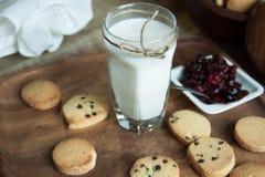 Leche y galletas Fotografía de archivo