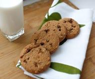Leche y galletas Imágenes de archivo libres de regalías