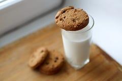 Leche y galletas Fotos de archivo libres de regalías