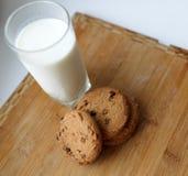 Leche y galletas Imagen de archivo