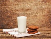 Leche y galletas frescas Fotografía de archivo