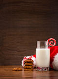Leche y galletas para Santa Fotos de archivo