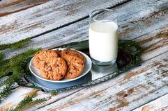 Leche y galletas para Santa Imagen de archivo