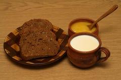 Leche y miel de la tostada foto de archivo libre de regalías
