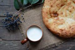 Leche y pan caliente Fotos de archivo libres de regalías