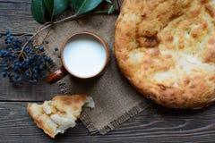 Leche y pan caliente Foto de archivo libre de regalías