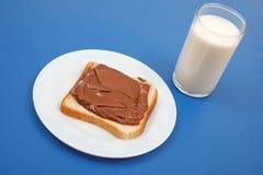 Leche y pan con el chocolate Fotografía de archivo