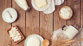 Leche y queso en fondo de madera Celebración judía de Shavuot del día de fiesta Visión desde arriba Fotos de archivo