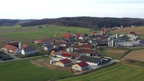 Lechería y ganaderías en el campo rural, pueblo Levanjci almacen de metraje de vídeo