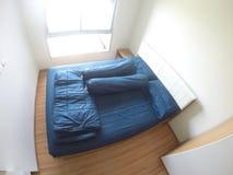 Lecho azul grande en dormitorio Fotos de archivo libres de regalías