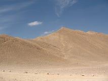 Lecho de un río seco y montañas Foto de archivo libre de regalías