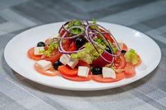 Lechuga con el arco del queso de los tomates y aceitunas Imagen de archivo