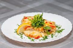 Lechuga con los camarones por el verdor y el limón Fotografía de archivo libre de regalías