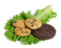 Lechuga o galletas y dieta o postre aisladas Imagen de archivo