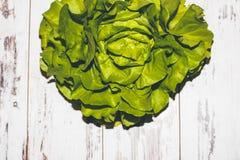 Lechuga verde jugosa fresca en la tabla vintage-diseñada Imagenes de archivo