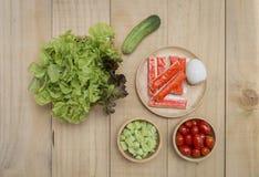 Lechuga y pepino verdes con la ensalada del tomate Imagenes de archivo