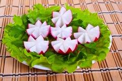 Lechuga y rábano en flores de la forma. Fotos de archivo libres de regalías