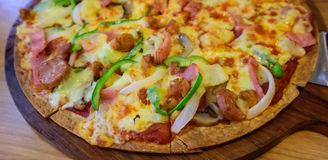Leckere Pizza auf Tabelle Stockbilder