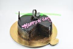 Leckerer Schokoladengeburtstagskuchen, alles Gute zum Geburtstag, Zeit zu feiern, lokalisiert auf weißem Hintergrund Stockfoto