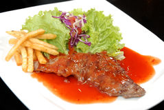 Leckeres Beefsteak mit Soße Lizenzfreies Stockbild