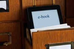 Lecteur d'Ebook dans une bibliothèque - concept de nouvelle technologie Images stock