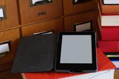 Lecteur d'Ebook dans une bibliothèque - concept de nouvelle technologie Image libre de droits