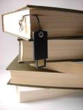 Lecteur d'instantané d'USB s'arrêtant devant des livres. Photos libres de droits