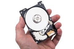 Lecteur de disque dur démonté dans la main masculine d'isolement sur le blanc images stock