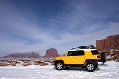 Lecteur à quatre roues voyageant dans la neige de montagne Photographie stock