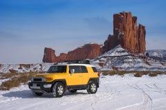 Lecteur à quatre roues voyageant dans la neige de montagne Photographie stock libre de droits