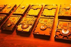 Lecteurs de disque dur dans rangées, ton orange Images stock
