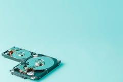 Lecteurs de disque dur ouverts sur un fond bleu Photo libre de droits