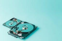 Lecteurs de disque dur ouverts sur un fond bleu Images libres de droits