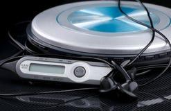 Lector de cd personal con los auriculares audios teledirigidos y portátiles Fotos de archivo libres de regalías