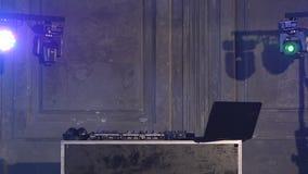 Lector de cd y mezclador de DJ en club nocturno almacen de metraje de vídeo