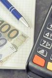 Lector de la tarjeta de crédito para la transacción cashless del pago, la libreta para las notas y el euro Concepto del asunto fotos de archivo libres de regalías