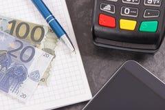 Lector de la tarjeta de crédito, teléfono móvil con la tecnología de NFC para la transacción cashless del pago, libreta para las  imagenes de archivo