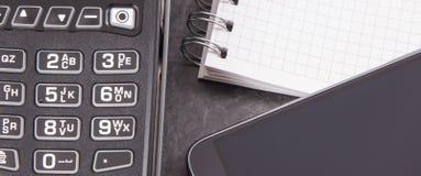 Lector de la tarjeta de crédito, teléfono móvil con la tecnología de NFC para la transacción cashless del pago y libreta para las foto de archivo libre de regalías