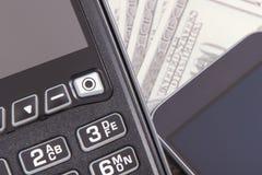 Lector de la tarjeta de crédito, teléfono móvil con tecnología de NFC y dólar de los curriencies Efectivo o transacci?n cashless  fotografía de archivo
