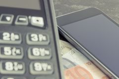 Lector de la tarjeta de crédito, teléfono móvil con tecnología de NFC y euro de los curriencies Efectivo o transacción cashless d fotografía de archivo