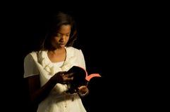 Lector joven de la biblia. Foto de archivo