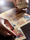 Lector Performing Reading de la carta de tarot Imágenes de archivo libres de regalías