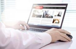 Lector, periodista o escritor con el artículo de noticias en línea sobre la pantalla del ordenador portátil Maqueta porta de los  fotos de archivo