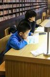 Lectores en la biblioteca de Sichuan, China foto de archivo
