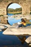 Lectura abajo del puente Imagen de archivo