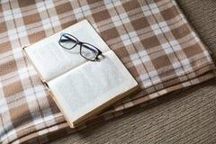 Lectura acogedora un libro Tiempo de la tarde o de mañana Concepto del estilo de vida Fotografía de archivo libre de regalías